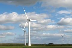 Moulin de vent contre le ciel pour la production d'énergie d'énergie images libres de droits