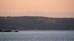 Moulin de vent, ferme de moulin à vent produisant le grand coucher du soleil de l'électricité clips vidéos