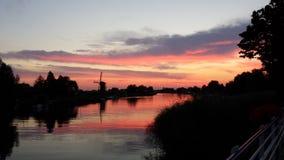moulin de vent par coucher du soleil Photo stock