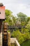 Moulin à eau rustique avec la roue tourné par la force du wat en baisse Images stock