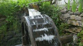 Moulin en bois de roue d'eau banque de vidéos