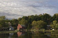 Moulin et rive de pays Photos stock