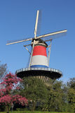 Moulin néerlandais de tour à Leyde, habillé en rouge, le blanc et le bleu Photographie stock