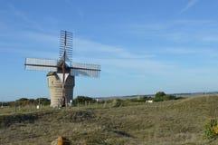 Moulin par la mer Photographie stock libre de droits