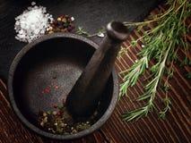 Moulin pour des épices sur la table Photographie stock