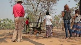 Moulin primitif pour serrer l'huile de palme banque de vidéos