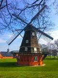 Moulin rouge-brun avec des lames sur le fond de la nature photographie stock libre de droits