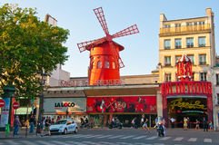 Moulin rouge i Paris. arkivbild