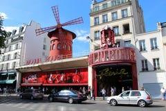 Moulin rougesikt från vinkel i Paris, Frankrike arkivfoto