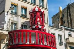 Moulin Szminka budującym w 1889 sławnym kabaretem jest, lokalizować w Paryskim okręgu Pigalle Fotografia Royalty Free