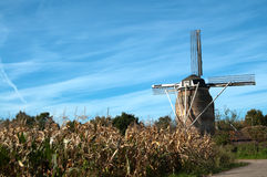 Moulin à vent hollandais dans des couleurs d'automne Images stock