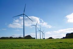 Moulins à vent écologiques d'énergie électrique dans le pré Images libres de droits
