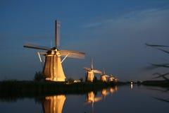 Moulins à vent au coucher du soleil Image libre de droits