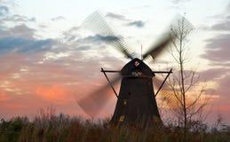 Moulins à vent au coucher du soleil venteux Photos libres de droits
