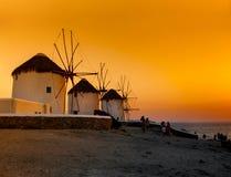 Moulins à vent célèbres dans Mykonos au coucher du soleil Images libres de droits