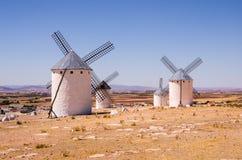 Moulins à vent chez Campo de Criptana, Espagne images stock