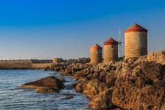 Moulins à vent chez Rhodes Greece photo libre de droits