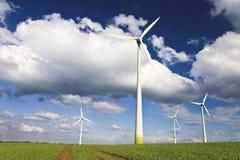 Moulins à vent contre un ciel bleu image libre de droits