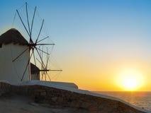 Moulins à vent décoratifs dans Chora, Mykonos avec le Grec traditionnel AR Image libre de droits