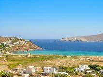 Moulins à vent décoratifs dans Chora, Mykonos avec le Grec traditionnel AR Photos libres de droits
