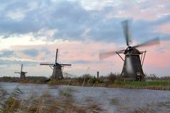 Moulins à vent dans le coucher du soleil Photo stock