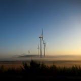 Moulins à vent dans le coucher du soleil Photographie stock libre de droits