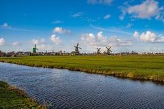 Moulins à vent dans le Netherland images stock
