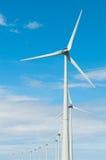 Moulins à vent de ligne devant un ciel bleu Image stock