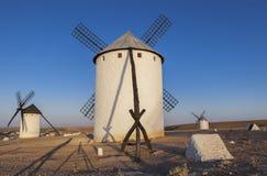 Moulins à vent de Mancha de La avec de longues ombres de photographe, Espagne Images libres de droits
