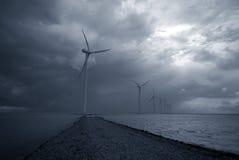 moulins à vent de mauvais temps images stock
