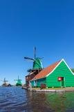 Moulins à vent en bois néerlandais antiques chez le Zaanse Schans Image stock
