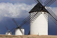 Moulins à vent et ciel foncé et nuageux, Campo de Criptana, Espagne Photos stock