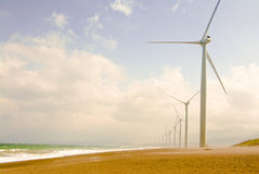 Moulins à vent le long de la plage Image libre de droits