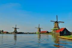 Moulins à vent néerlandais en été Image stock