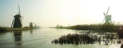 Moulins à vent néerlandais traditionnels à l'aube Photographie stock libre de droits