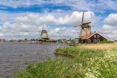 Moulins à vent néerlandais traditionnels chez Zaanse Schans, Amsterdam Photos stock
