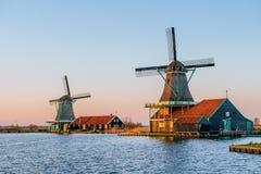 Moulins à vent néerlandais traditionnels du canal Rotterdam holland Photographie stock