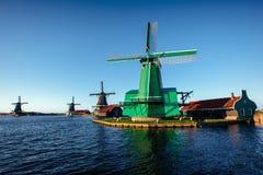 Moulins à vent néerlandais traditionnels du canal Rotterdam holland Photo stock