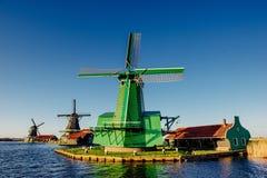 Moulins à vent néerlandais traditionnels du canal Rotterdam holland Image libre de droits