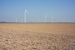 Moulins à vent neufs dans un domaine. Image stock