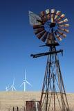 Moulins à vent neufs pour vieux Photographie stock libre de droits