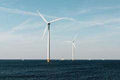 Moulins à vent pour la côte néerlandaise avec des voiliers Photographie stock libre de droits