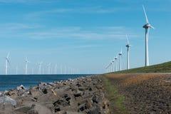 Moulins à vent pour la côte néerlandaise sur la terre et dans l'eau Image libre de droits