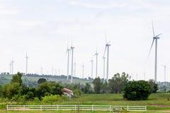 Moulins à vent pour la production de courant électrique avec le ciel bleu Photos stock