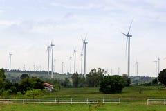 Moulins à vent pour la production de courant électrique avec le ciel bleu Images stock