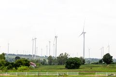 Moulins à vent pour la production de courant électrique avec le ciel bleu Photos libres de droits