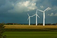 Moulins à vent sur des terres cultivables images libres de droits