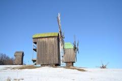 Moulins à vent sur le pré neigeux Photos libres de droits