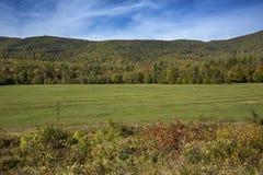 Moulins à vent sur une haute arête contre un ciel bleu, Maine Images libres de droits