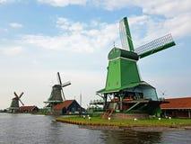 Moulins à vent traditionnels chez Zaanse Schans aux Pays-Bas Image stock